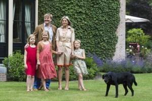 König Willem mit Familie und Labrador
